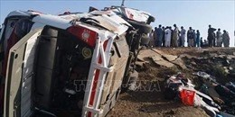 Pakistan: Lật xe buýt, gần 50 người thương vong