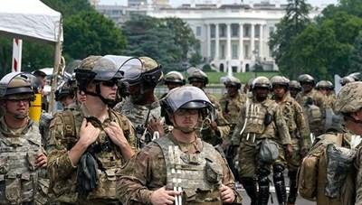 Mỹ điều Vệ binh quốc gia bảo vệ tượng đài ở thủ đô