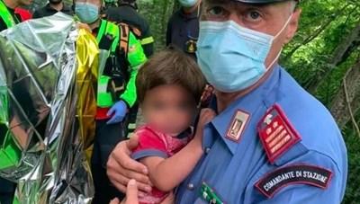 Cháu bé gần 2 tuổi được tìm thấy sau khi lạc hai đêm trong rừng