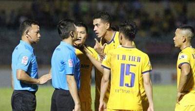 Trọng tài - vấn đề nan giải của bóng đá Việt