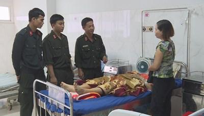 Cảnh sát cơ động hiến máu cho một nạn nhân bị tai nạn