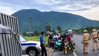 Hà Tĩnh thuê tàu đưa công dân vùng có dịch về quê