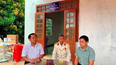 Đắk Lắk: Bàn giao hai căn nhà Đại đoàn kết cho hộ nghèo