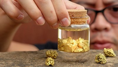 Giá vàng trên đà 'lấn tới', nên mua hay bán?