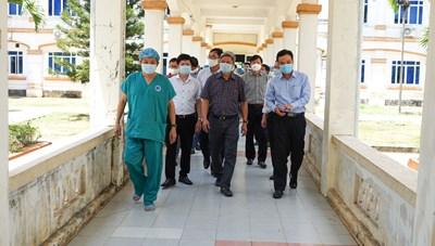 Thứ trưởng Bộ Y tế kiểm tra phòng, chống Covid-19 tại Quảng Ngãi