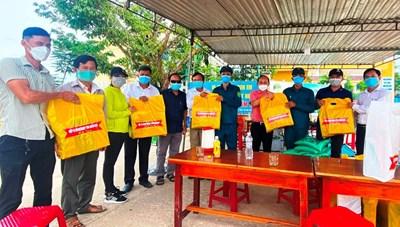 BẢN TIN MẶT TRẬN: Thêm 360 phần quà cho người dân trong khu cách ly y tế tại Quảng Nam