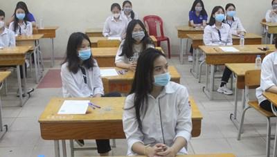 [ẢNH] Thí sinh Hà Nội tuân thủ đeo khẩu trang trong buổi thi đầu tiên