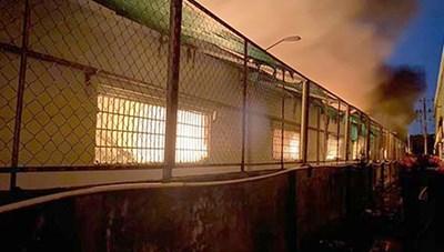 Hàng trăm lính cứu hỏa chữa cháy xuyên đêm tại kho hàng 7.000 m2