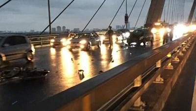 Phóng xe máy ngược chiều trên cầu Nhật Tân, 2 thanh niên tông thẳng vào taxi