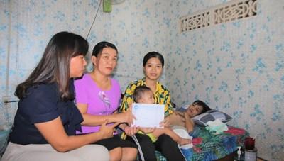 Trao 14 triệu đồng hỗ trợ gia đình có 3 người bị TNGT thương tâm tại Quảng Nam