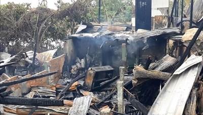 Đồng Tháp: Hỏa hoạn giữa trưa thiêu rụi 3 nhà dân tại huyện biên giới Hồng Ngự