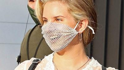 Nữ ca sĩ Lana Del Rey bị phản ứng khi đeo khẩu trang... lưới
