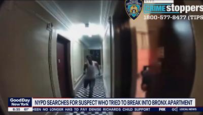 [VIDEO] Người phụ nữ nhanh tay sập cửa ngay trước khi người lạ xông vào