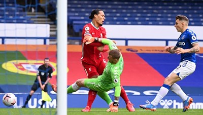 Liverpool mất Van Dijk hết mùa giải: Bay luôn cả ngai vàng?