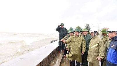 Phó Thủ tướng Trịnh Đình Dũng kiểm tra công tác phòng, chống bão số 9