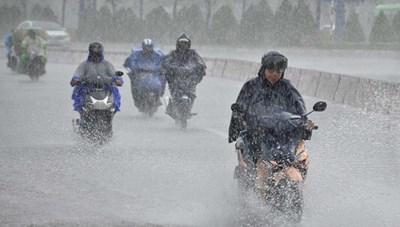 Các tỉnh miền Trung mưa rất to, đề phòng lốc xoáy và gió giật mạnh