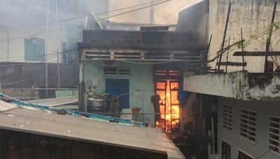 Liên tiếp 2 nhà dân bốc cháy trong bão số 12