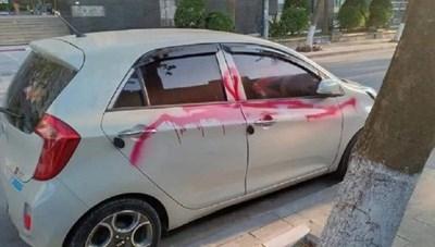 Khởi tố 3 bảo vệ xịt sơn lên ô tô đỗ bên đường