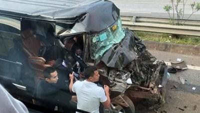 Xe 16 chỗ va chạm xe container, tài xế gãy xương sườn