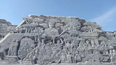 Kỳ vĩ phù điêu ở quảng trường Đại tướng Võ Nguyên Giáp