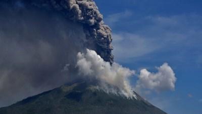 Núi lửa Lewotolo ở Indonesia phun trào
