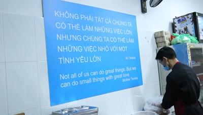 Hà Nội: Chỉ 2.000 đồng cho một suất ăn ấm tình người