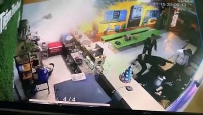[VIDEO] 2 thanh niên hành hung dã man người phụ nữ đang bế con