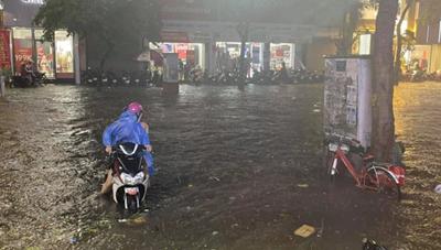 [Video] Mưa lớn vào giờ tan tầm, Hà Nội ngập nhiều tuyến phố