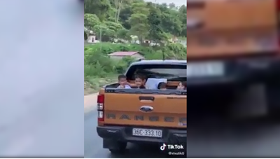 [VIDEO] Thót tim cảnh xe bán tải chở nhiều trẻ con trên thùng, vô tư chạy trên đường