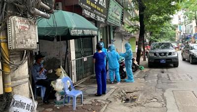 Hà Nội: Phong toả, phun khử khuẩn khu vực liên quan đến bệnh nhân thứ 10