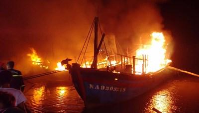Cháy lớn tại cảng cá Lạch Quèn, Nghệ An trong đêm
