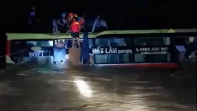 Xe khách mắc kẹt trong nước lũ, 20 người thoát chết
