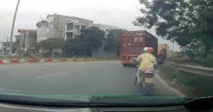 Clip: 2 người may mắn thoát chết sau va chạm với container
