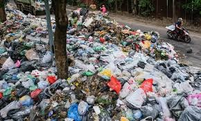 Hà Nội: Người dân dừng chặn xe vào bãi rác Nam Sơn