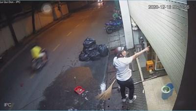 Thanh niên đánh bạn gái dã man, cầm hung khi truy sát người can ngăn