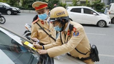 CSGT Hà Nội ra quân dán thông báo phạt nguội lỗi dừng, đỗ xe trái phép