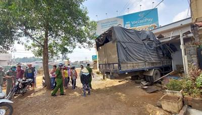 Xe tải mất lái 'chui lọt' vào nhà người dân