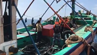 [VIDEO] Nổ súng truy bắt tàu cá vận chuyển 3.000 lít dầu không rõ nguồn gốc