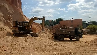 Bình Thuận: Ngang nhiên 'xẻ thịt' đất đồi trên Quốc lộ 55