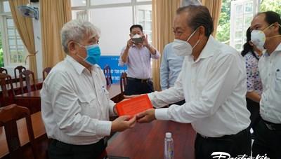 Phó Thủ tướng Thường trực thăm, tặng quà Bà mẹ Việt Nam Anh hùng, gia đình có công tại TP HCM