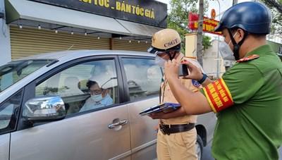Thanh tra viên Sở TN-MT Đồng Nai cố thủ trong xe vi phạm phòng chống dịch Covid-19