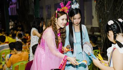 Mỹ nhân Việt từng hóa thân vào nhân vật chị Hằng vui trung thu với các em nhỏ