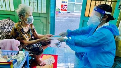 Bà Rịa-Vũng Tàu: Nhân viên bưu điện đến tận nhà dân trao lương hưu, trợ cấp tháng