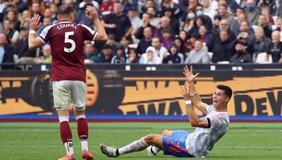 Trọng tài Ngoại hạng Anh nhận sai khi không thổi 11m cho Ronaldo
