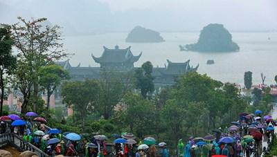 [ẢNH] Hơn vạn du khách đội mưa đi lễ chùa Tam Chúc