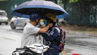 [ẢNH] Phụ huynh dầm mưa cùng thí sinh ngày thi cuối vào lớp 10