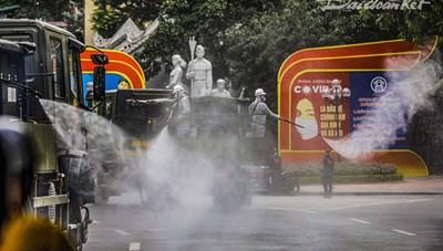 [ẢNH] Cận cảnh phun khử khuẩn 10 phường phố cổ và xung quanh Hồ Hoàn Kiếm