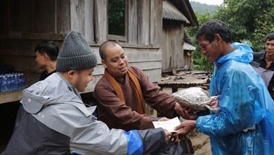 Những tấm lòng thiện nguyện hướng về miền Trung