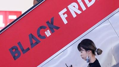 [ẢNH]Đổ xô đi săn hàng giảm giá ngày 'Black Friday'