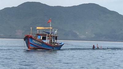 Tàu cá tông ghe câu mực làm một người tử vong